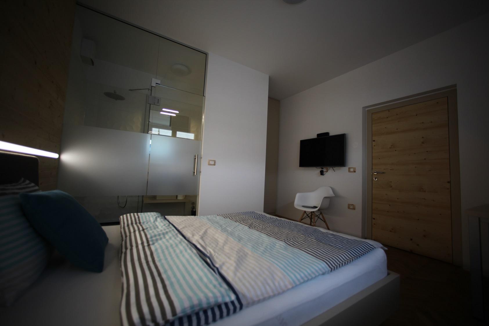 spalnica z oblazinjeno posteljo