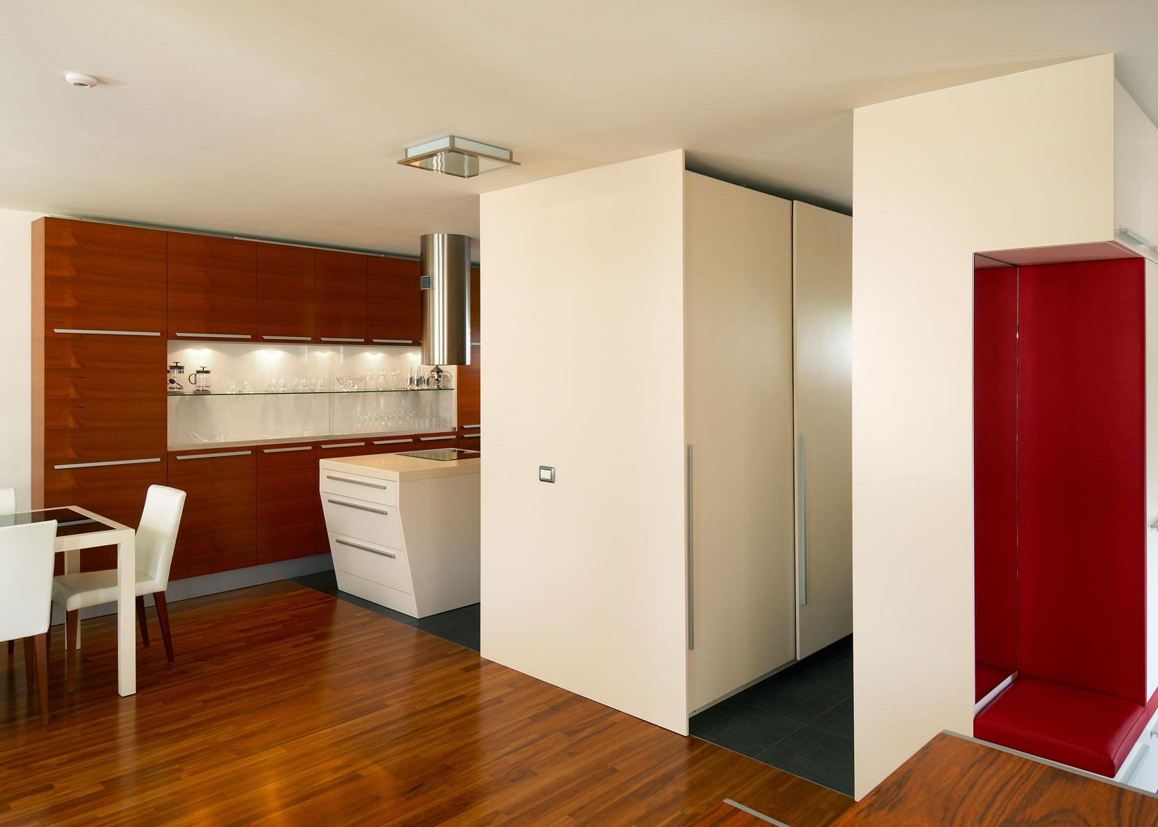 sodoben interier dnevnega prostora s kuhinjo